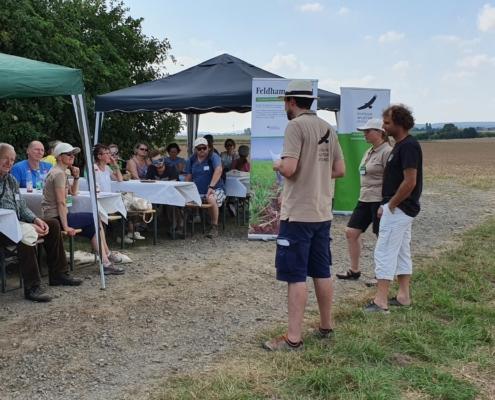 Unsere Feldhamster-Experten erzählen den Gästen des Aktionstages bei Salzgitter-Lesse wie es den Feldhamstern geht. Der Aktionstag findet direkt auf einer Hamsterfläche statt.