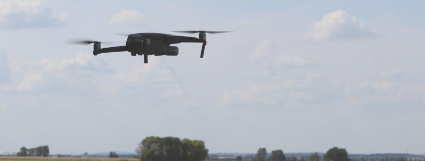 fliegende Drohne über Getreidefeld